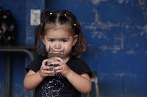 girl  drinking water el salvador