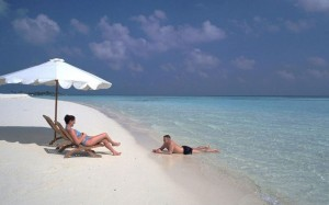 sun-island-resort-couple-at-beach
