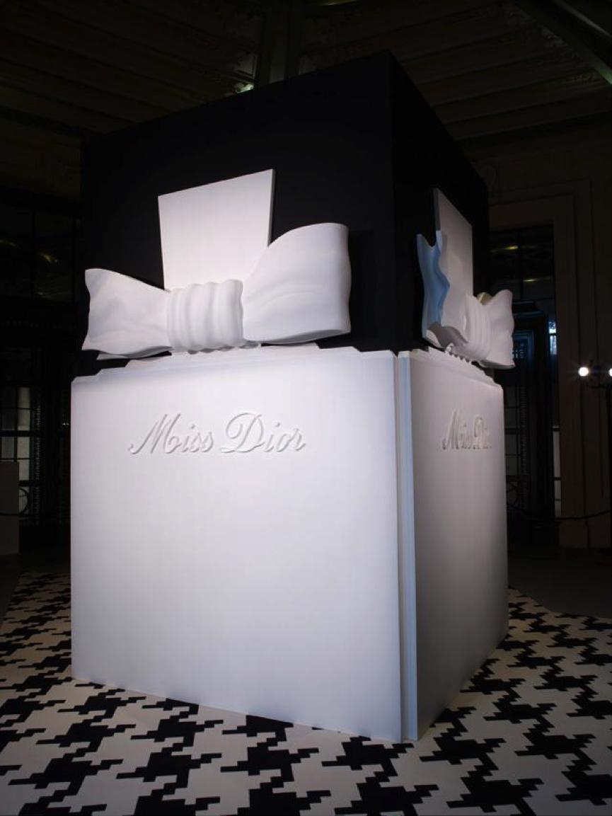 Επιβλητική Miss Dior, άποψη από την έκθεση