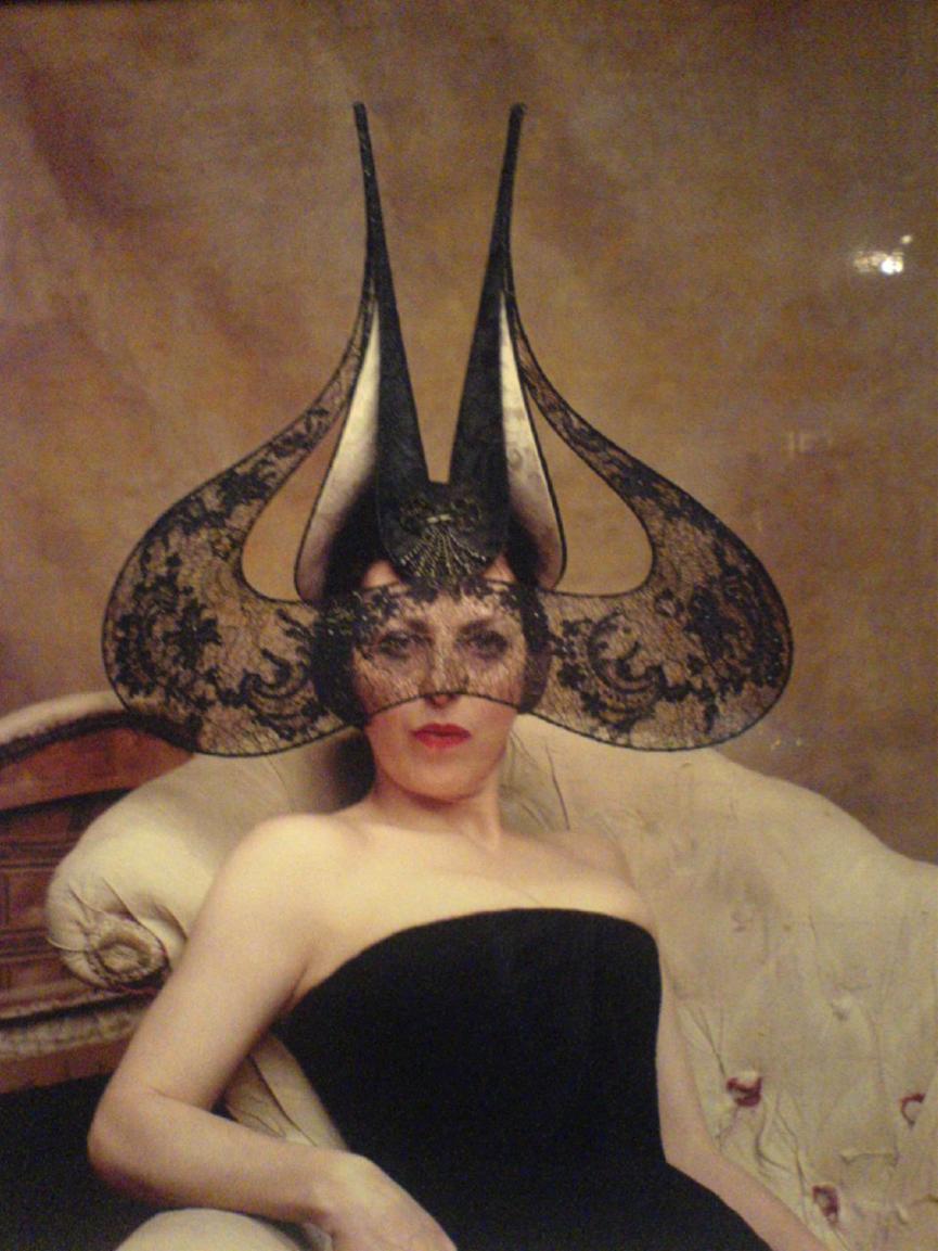 H Isabella Blow με δημιουργία avant-garde Philip Treacy