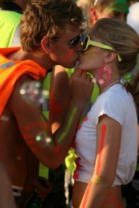 couple kiss festival colors