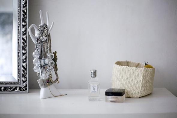 decoration-jewerly-beautiful-woman-perfume