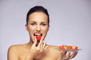 beautiful-woman-eating-fruits