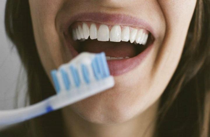 Βγαίνω με κάποιον με κακά δόντια.